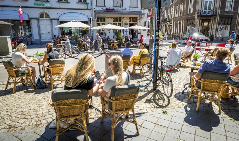 Gasten op het terras op het Vrijthof in Maastricht.  (beeld anp / Marcel van Hoorn)