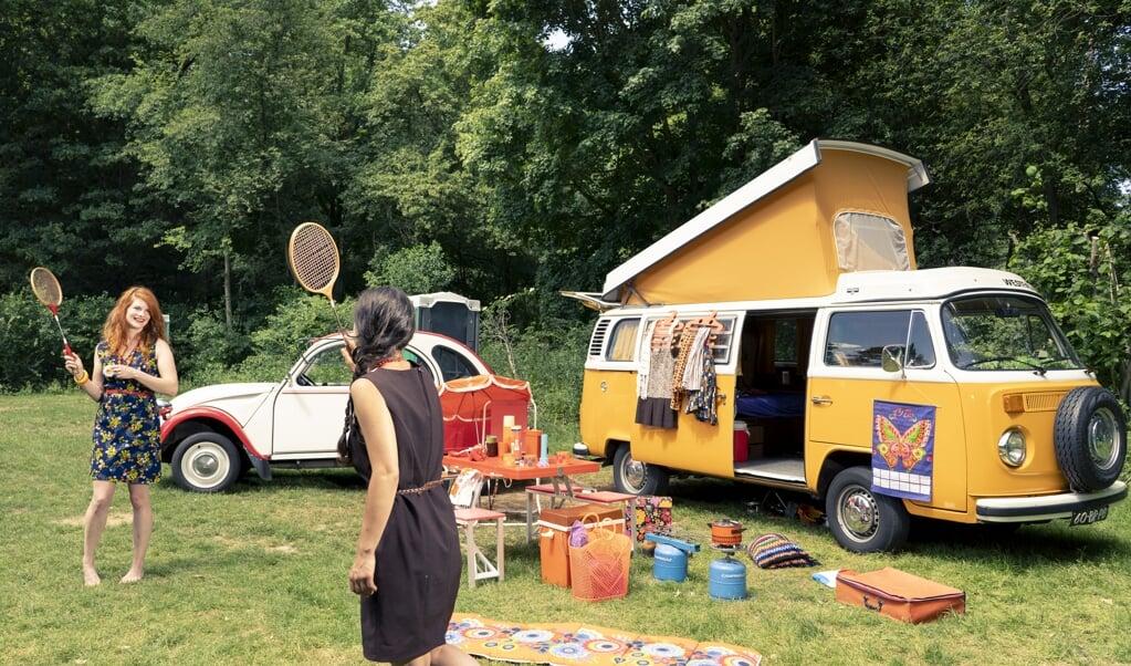Het leven in de jaren 70 is kleurrijk en minder complex. Net als de camper en het 'lelijke eendje.'  (beeld Niek Stam)