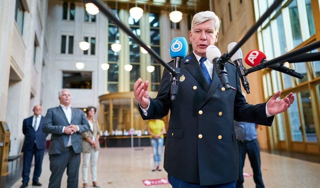 <p>Korpschef Henk van Essen staat de pers te woord na afloop van een gesprek met de politie naar aanleiding van de rellen op en rond het Malieveld die ontstonden na protesten tegen de coronamaatregelen.</p>  (beeld anp / Phil Nijhuis)