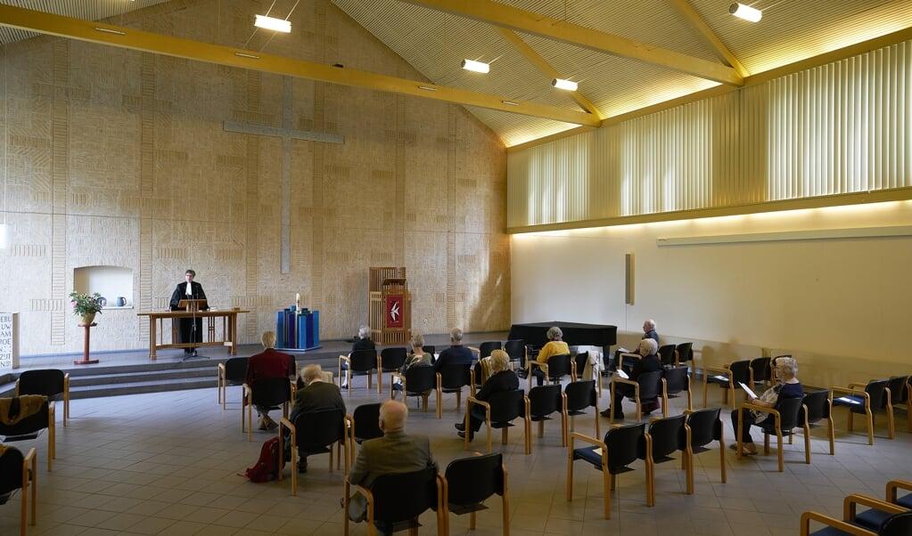 Den Haag, 7 juni 2020  -  In de kerken komen zondag voor het eerst weer groepjes samen. Kerkdienst in de Remonstrantse kerk in Den Haag.  Phil Nijhuis  (beeld Phil Nijhuis)