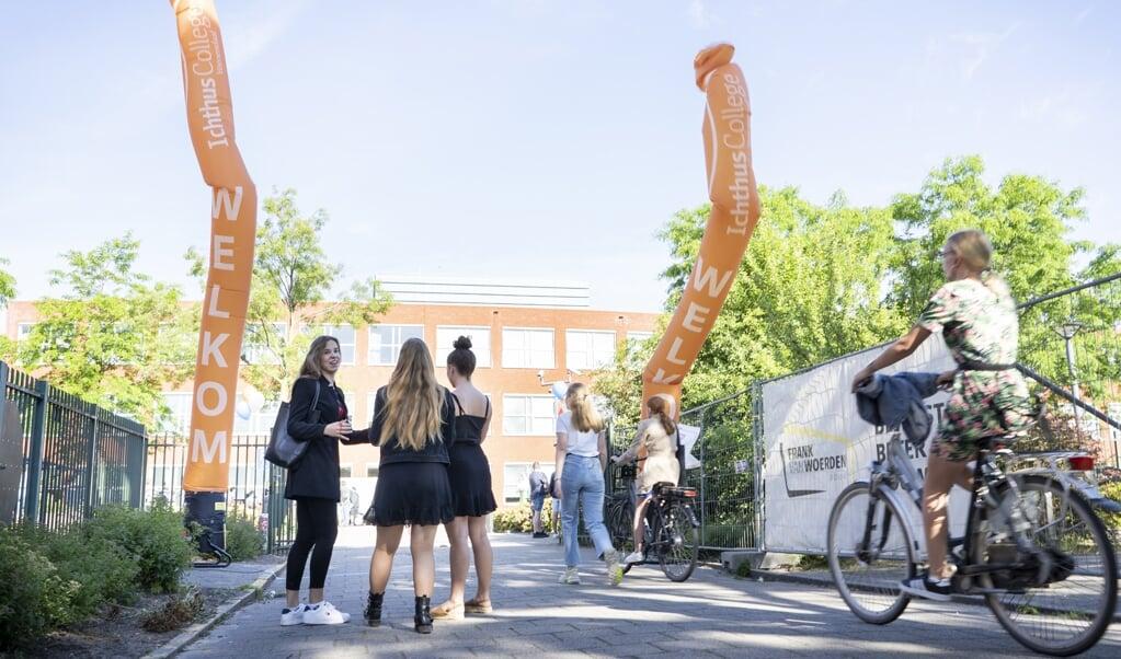 Na twaalf weken thuisonderwijs mogen de leerlingen van het Ichthus College in Veenendaal weer naar school.  (beeld Niek Stam)