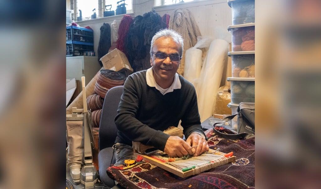 De Iraanse tapijten zijn zo goed door de knoopdichtheid: de hoeveelheid kleine knoopjes die de tapissiers met engelengeduld door de wol- en zijdedraden weven.  (beeld Sabine van Wechem)