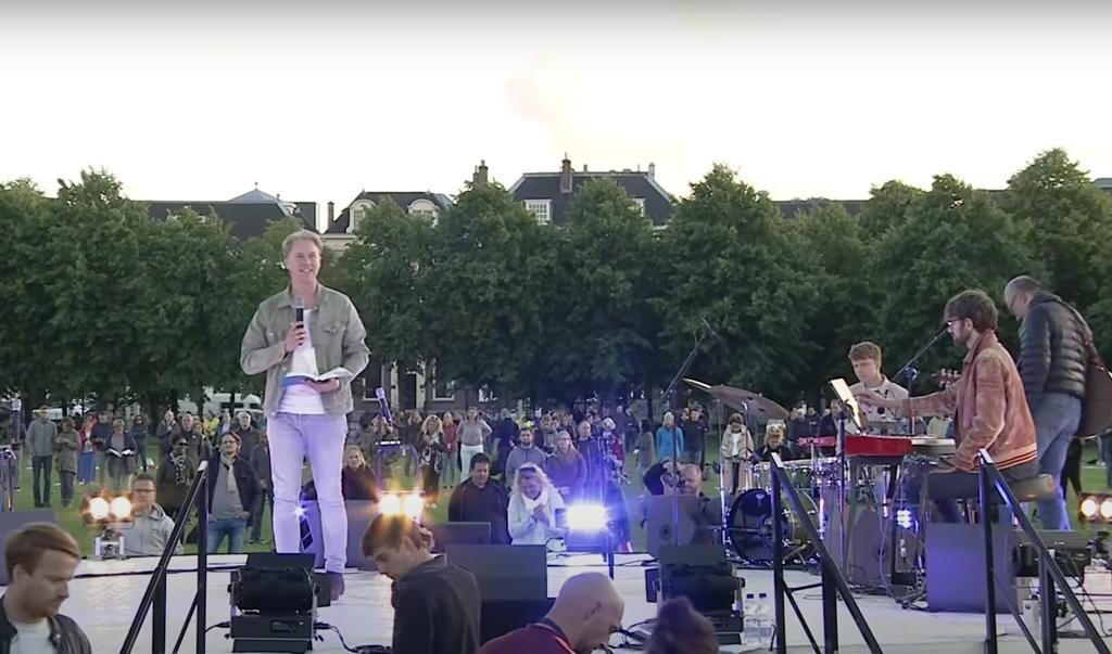 Wim Hoddenbagh aan het woord bij de Gebedsbijeenkomst op het Malieveld in Den Haag.  (beeld YouTube / stichting presence)