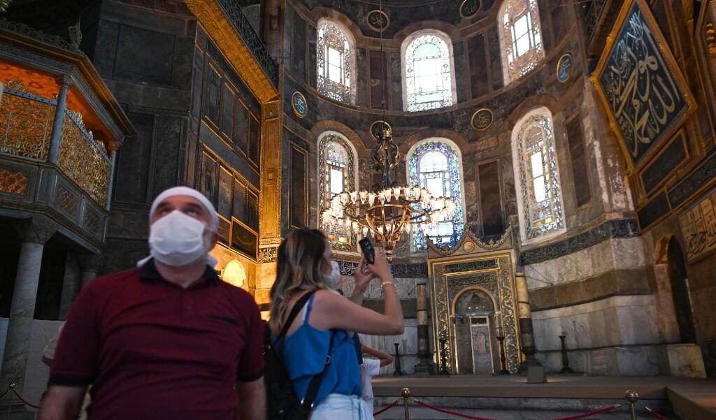 Bezoekers aan het Hagia Sophia museum in Istanboel op 2 juli 2020.   (beeld Ozan Kose / afp)