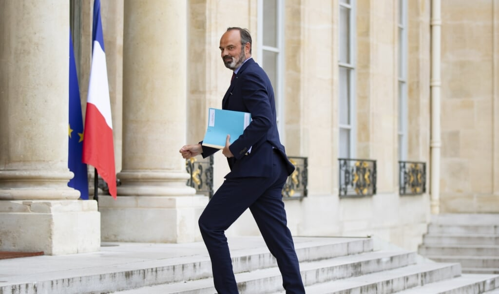 De Franse bijna ex-premier Édouard Philippe komt aan bij het Elysée voor een gesprek met president Emmanuel Macron.  (beeld epa / Ian Langsdon)