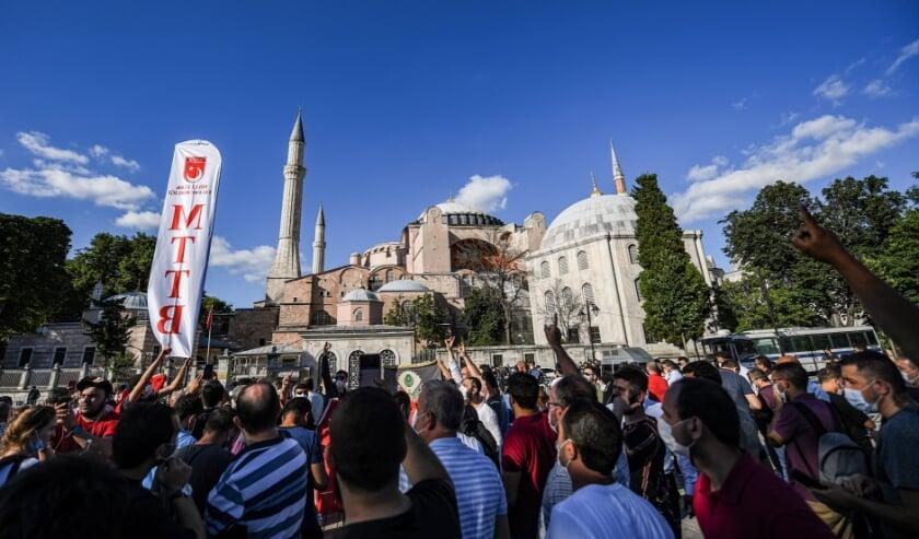 Buiten het Hagia Sophia-museum vieren mensen de uitspraak van de Turkse toprechter.  (beeld afp / Ozan Kose)