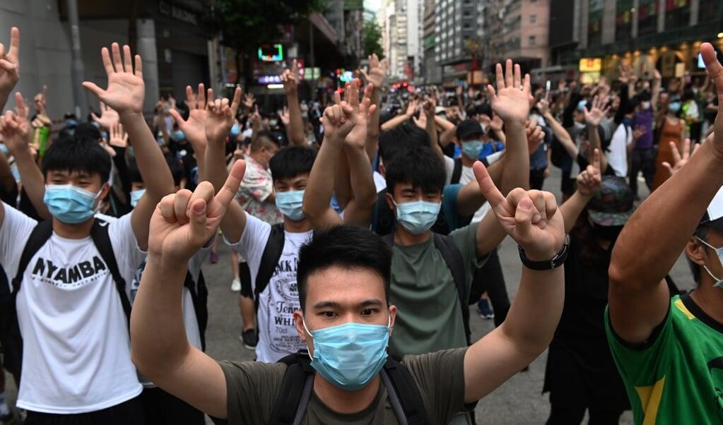 Demonstranten tijdens een betoging tegen de nieuwe nationale veiligheidswet.   (beeld epa / Miguel Candela)