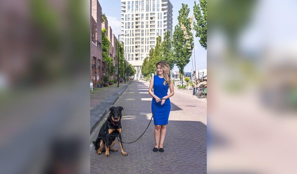 VVD-Kamerlid Dilan Yesilgöz (met haar hond Moos): 'Je moet altijd je mond opentrekken als je dingen ziet die niet deugen.'  (beeld Martin Waalboer)