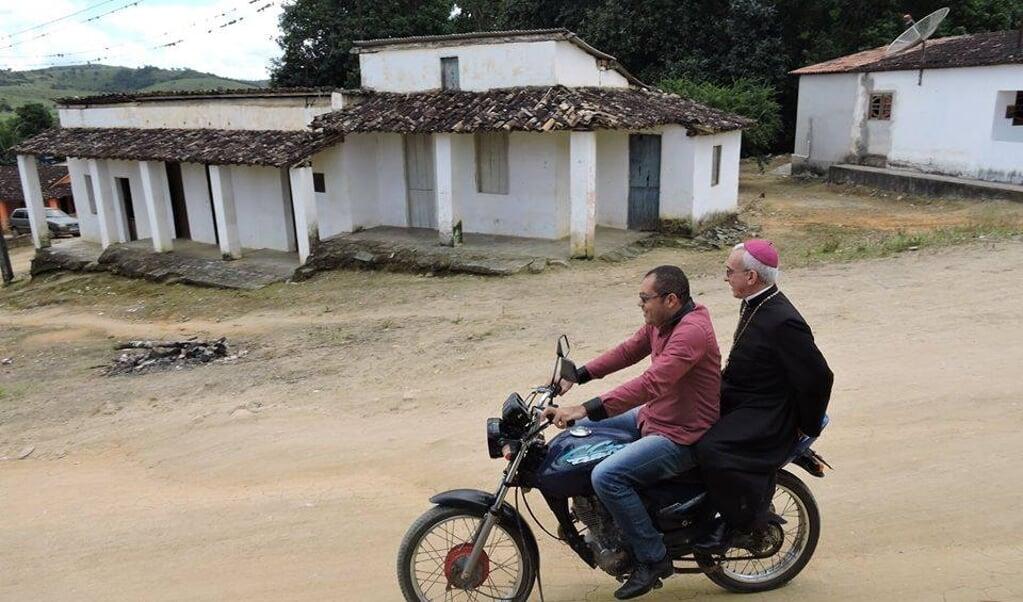 De aan covid-19 overleden Braziliaanse bisschop Henrique Soares da Costa tijdens een pastoraal bezoek.  (beeld Facebook)