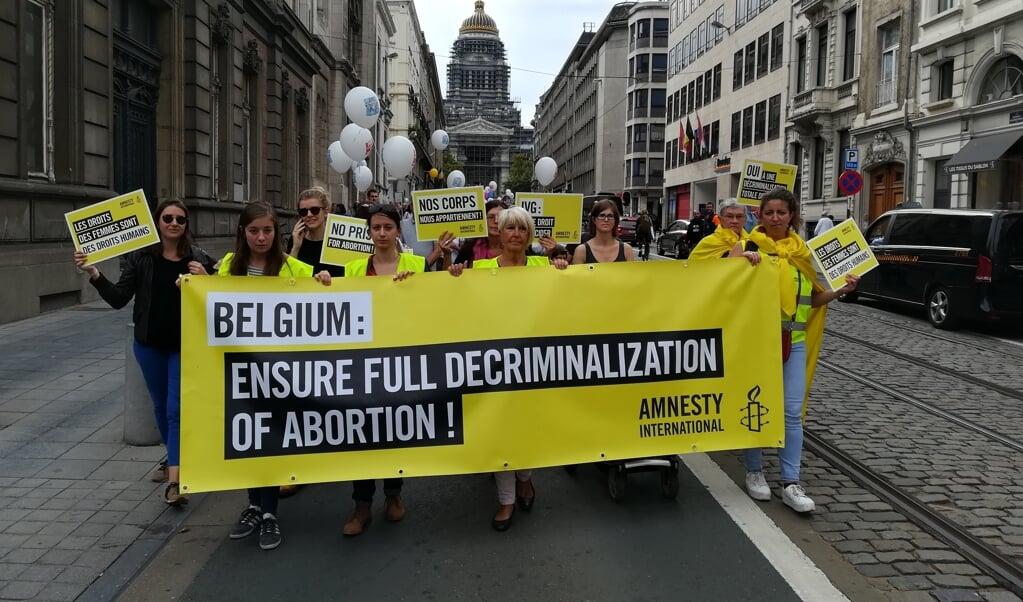 Demonstranten in de straten van Brussel eisen een soepeler abortuswetgeving.  (beeld afp / Antony Gevaert)