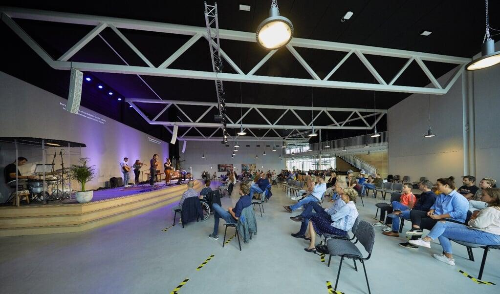 De Kruispuntgemeente in Amersfoort-Vathorst houdt sinds een paar weken weer kerkdiensten op 1,5 meter. Er is plek voor ongeveer 120 bezoekers.  (beeld Jaco Klamer)