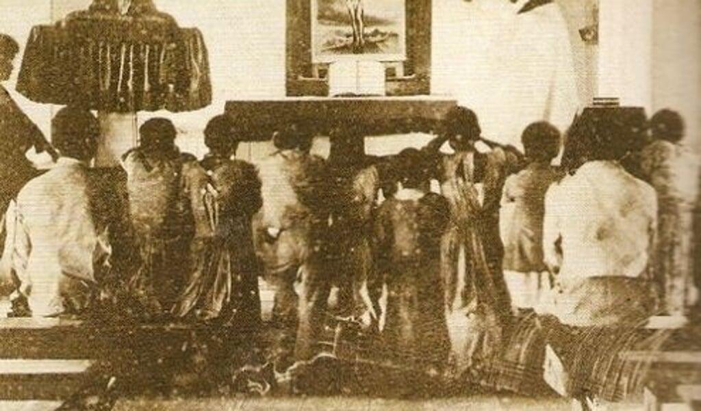 Zwarte slaven wonen een eucharistieviering bij, ergens in Amerika rond 1860.  (beeld)