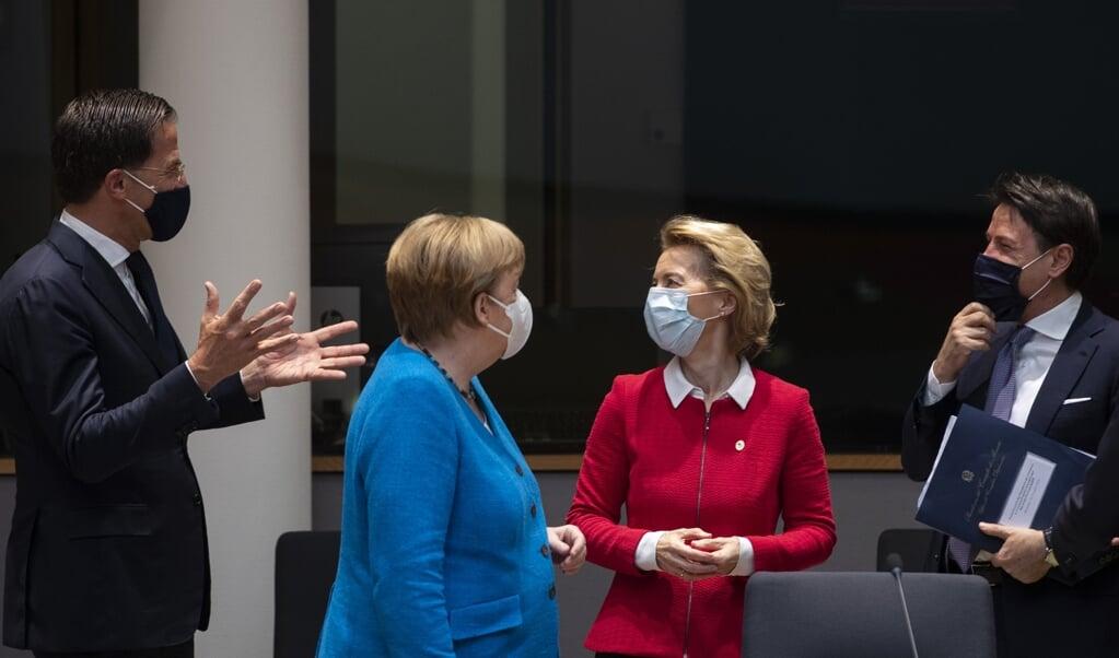 Premier Mark Rutte gebaart - over de Duitse bondskanselier Merkel en commissievoorzitter Ursula von der Leyen heen - naar de Italiaanse premier Giuseppe Conte, tijdens de eurotop vorig weekend.  (beeld afp / Francisco Seco)