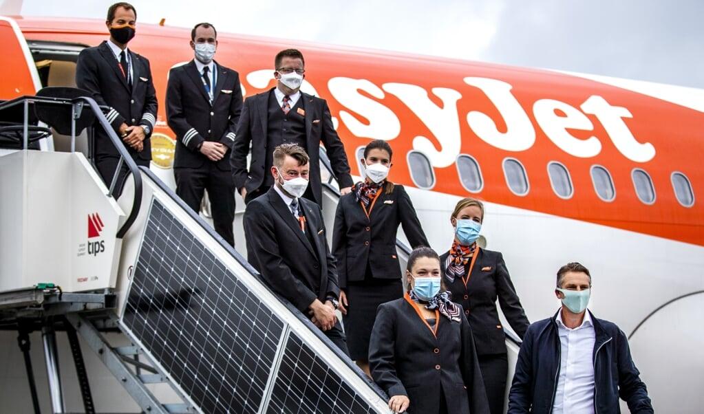 De crew van het toestel gaat op de foto voor vertrek naar Malaga. Luchtvaartmaatschappij easyJet hervat de vluchten van en naar Schiphol na een periode dat er niet werd gevlogen vanwege het coronavirus.  (beeld anp / Remko de Waal)