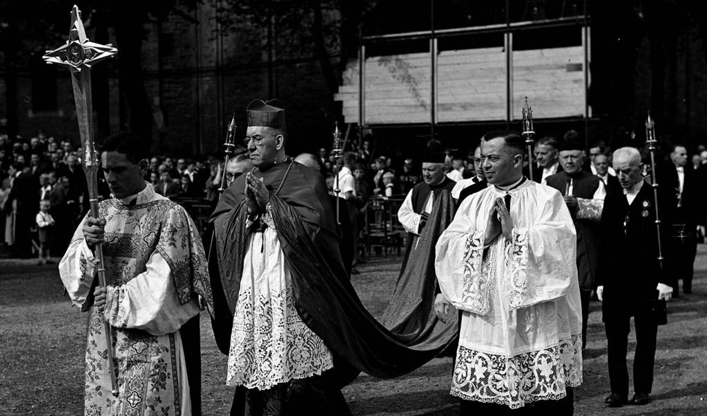 Kardinaal De Jong in 1947 tijdens een mariaal congres.  (beeld )