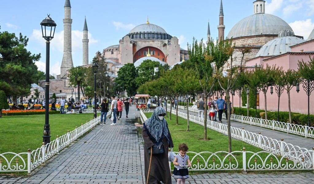 Kritiek op zijn besluit van Hagia Sophia weer een moskee te maken, beschouwt president Erdogan als een aanval op de Turkse soevereiniteit.  (beeld afp / Ozan Kose)