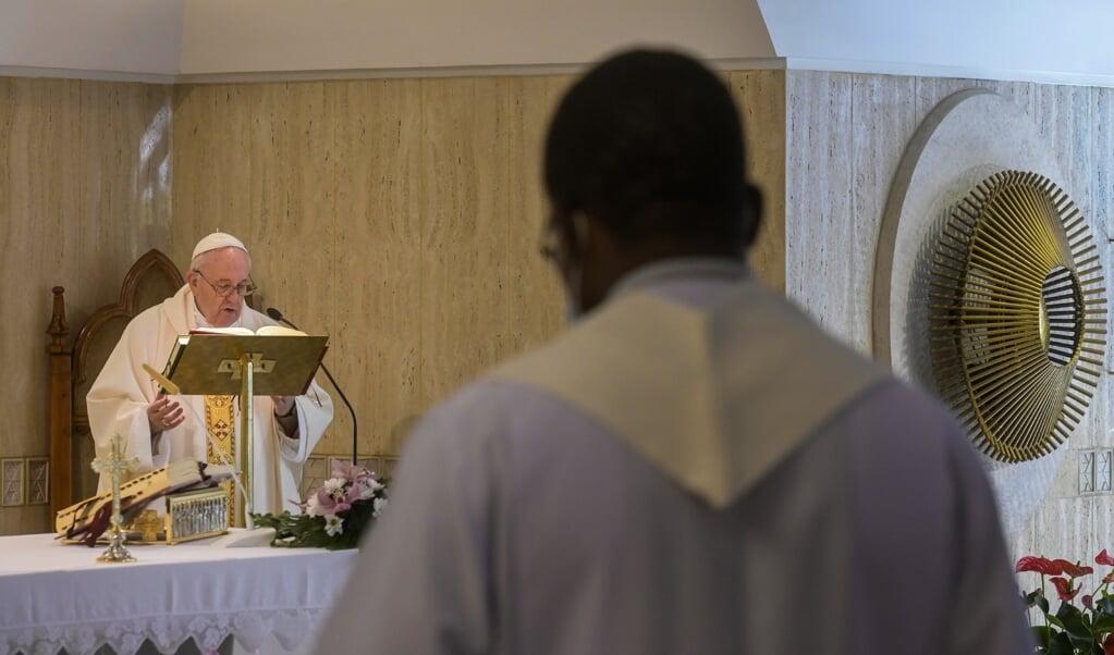 Paus Franciscus viert de eucharistie op de zevende verjaardag van zijn historische bezoek aan het Italiaanse eiland Lampedusa.   (beeld afp / vatican media)