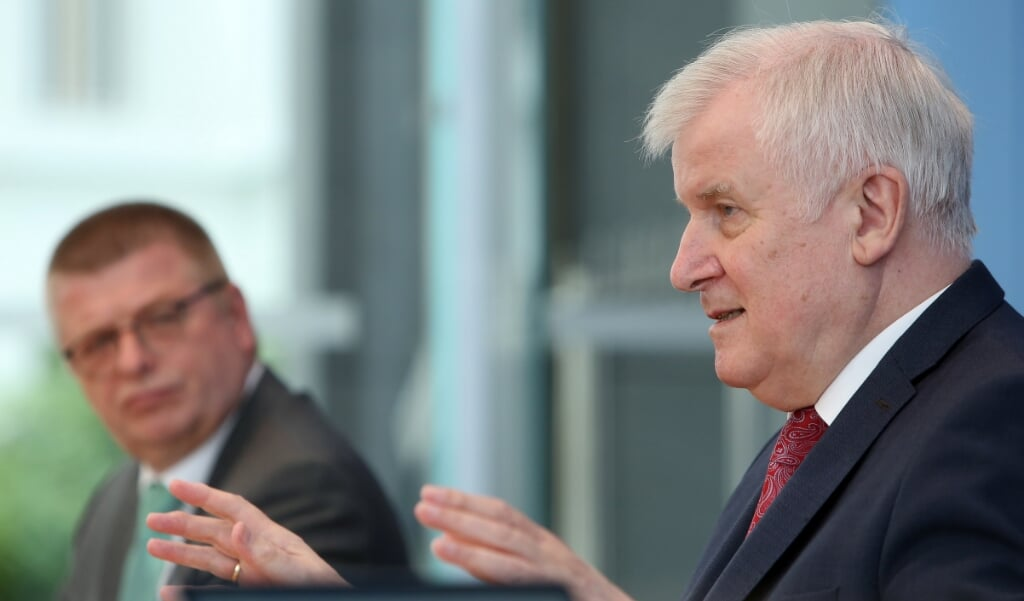 Duitse minister van Binnenlandse Zaken Horst Seehofer (CSU, R) and Thomas Haldenwang, president of the German federal office for protection of the constitution (Verfassungsschutz, or BfV) attend a news conference in Berlin, Germany, 09 July 2020. The Federal Office for the Protection of the Constitution presented its annual report for 2019.  EPA/ADAM BERRY / POOL  (beeld epa / Adam Berry)