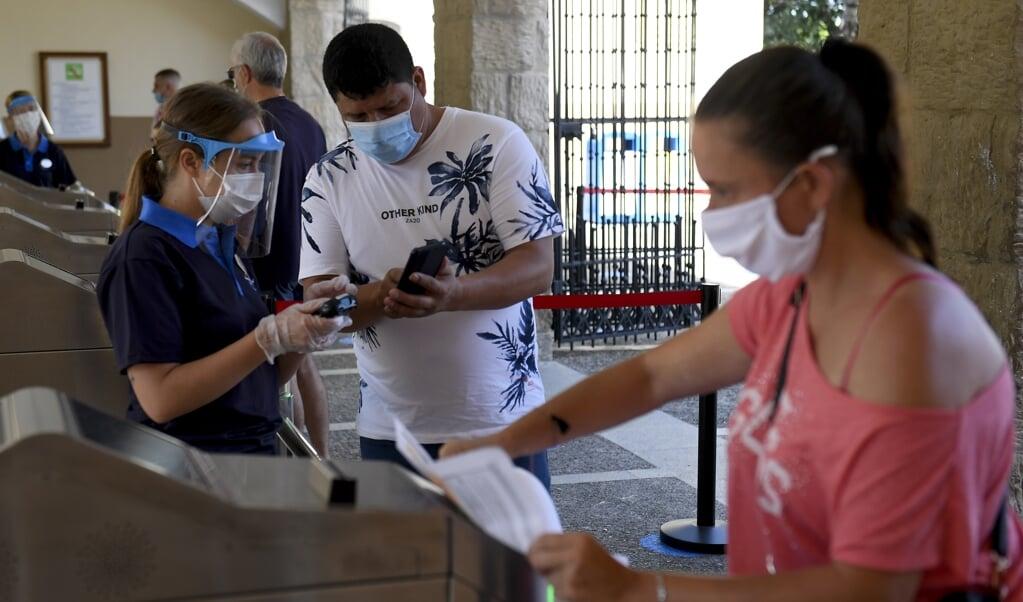 De mondkapjes van het Spaanse bedrijf Bexen Medical zijn wit, zodat ze goed te onderscheiden zijn van de Chinese (blauwe) mondkapjes.   (beeld Josep Lago / afp)