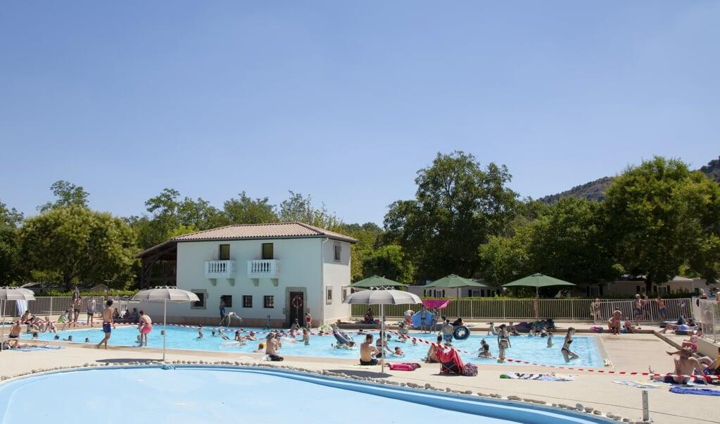 Bij het zwembad is nu ruimte voor maximaal 285 mensen.  (beeld Anique de Wit)