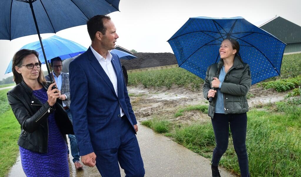 <p>Minister Carola Schouten van Landbouw, deze zomer bij een werkbezoek aan een akkerbouwer en zijn vrouw in Stellendam.</p>  (beeld Marcel van den Bergh)