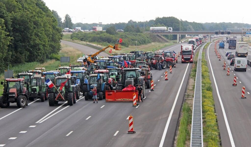 De blokkade door boeren op de A1  (beeld anp)