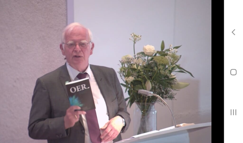 Emeritus predikant Luuk Sollie heeft het boekje 'Oer' gebruikt als inspiratiebron voor zijn preek.  (beeld nd)