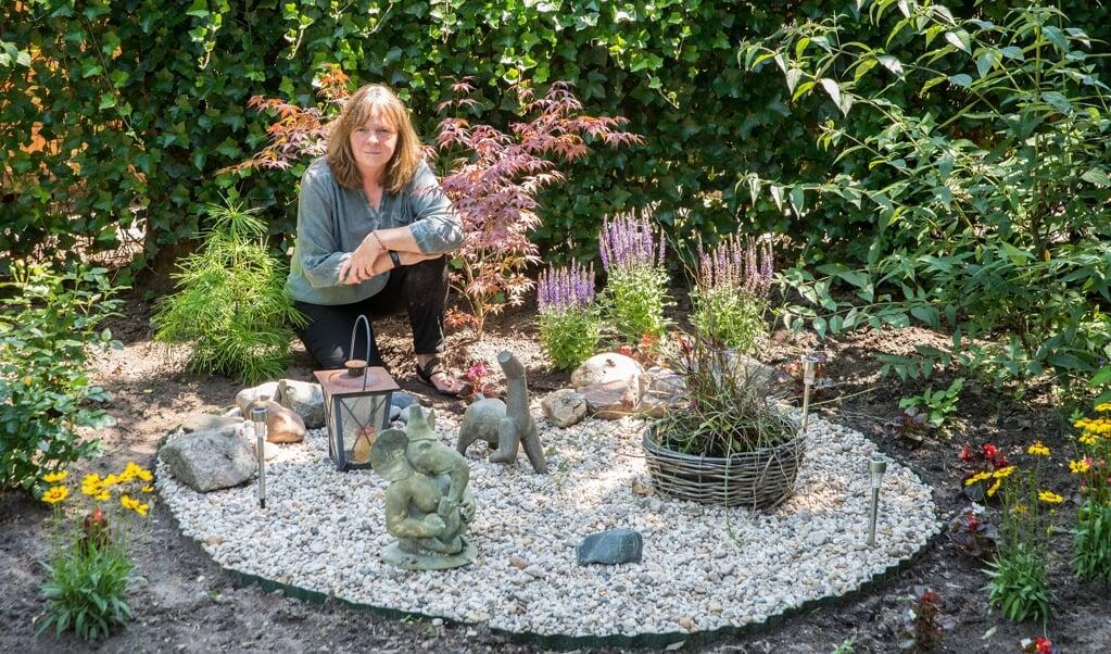 Yvonne Savenije bij een hart van grind in haar tuin.  (beeld Hans-Lukas Zuurman)