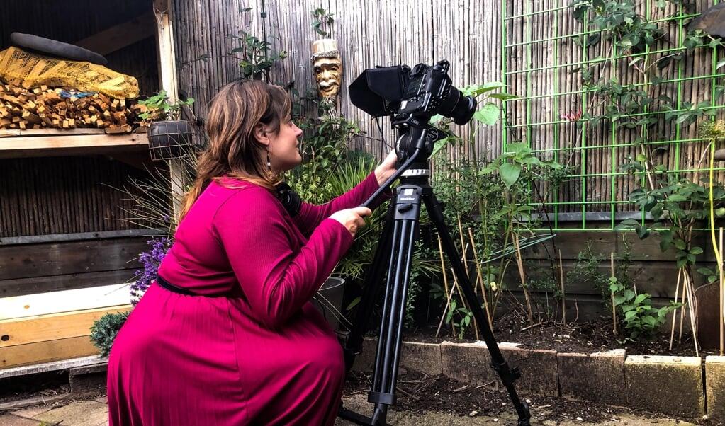 Sanne Vermaas aan het werk in haar achtertuin.  (beeld Evariste Filmproducties)