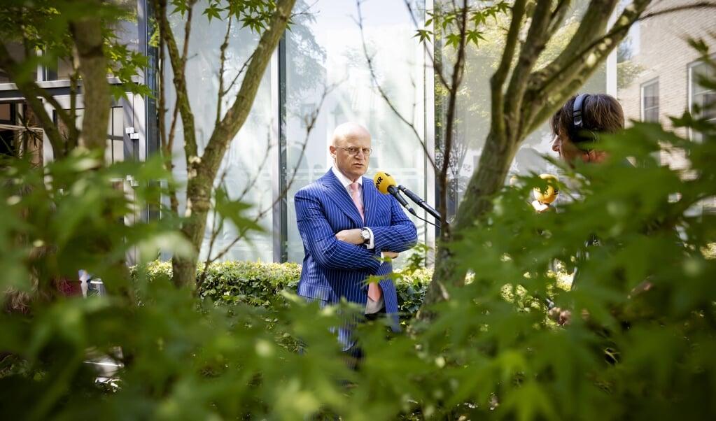 Minister van Eredienst Ferd Grapperhaus: 'Jongens, dat coronavirus is echt wel dóódeng, hoor.'  (beeld anp / Robin van Lonkhuijsen)