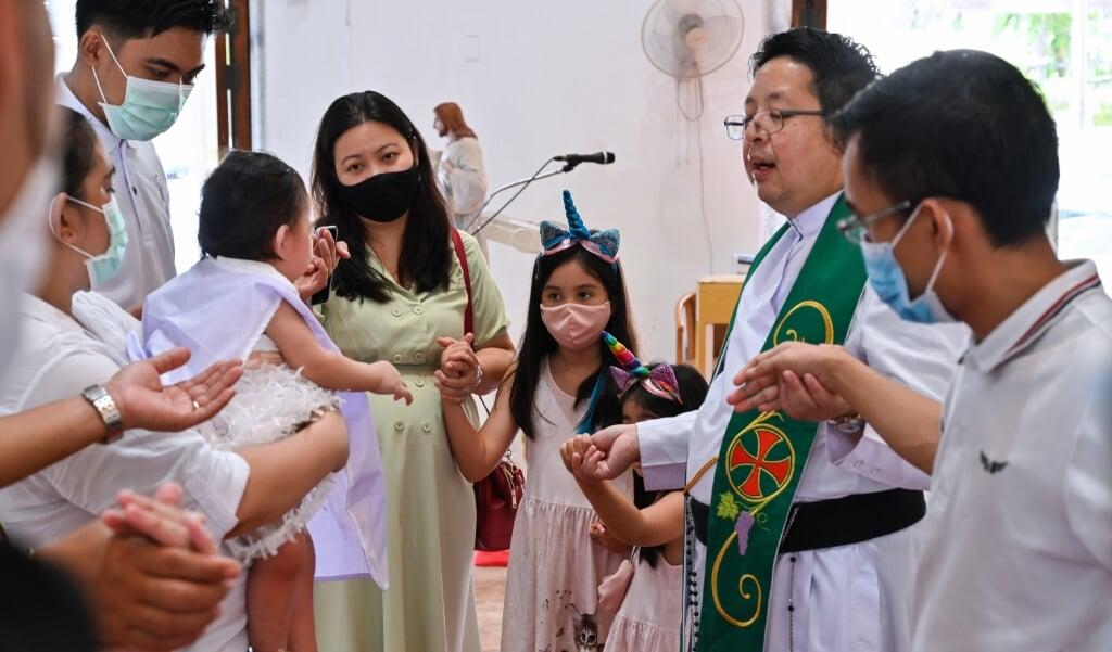 Doopsel in de rooms-katholieke Kerk van de Goddelijke Verlosser in Bangkok op 26 juli 2020  (beeld Romeo Gacad / afp)