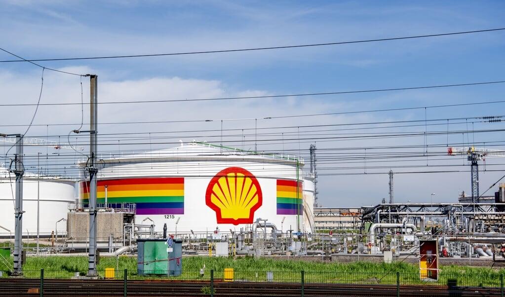 ROTTERDAM - Exterieur van het terrein van Shell Pernis. Olie- en gasconcern Shell heeft in het tweede kwartaal het grootste nettoverlies ooit van 18,1 miljard dollar geleden vanwege de coronacrisis. ANP ROBIN UTRECHT  (beeld anp / Robin Utrecht)