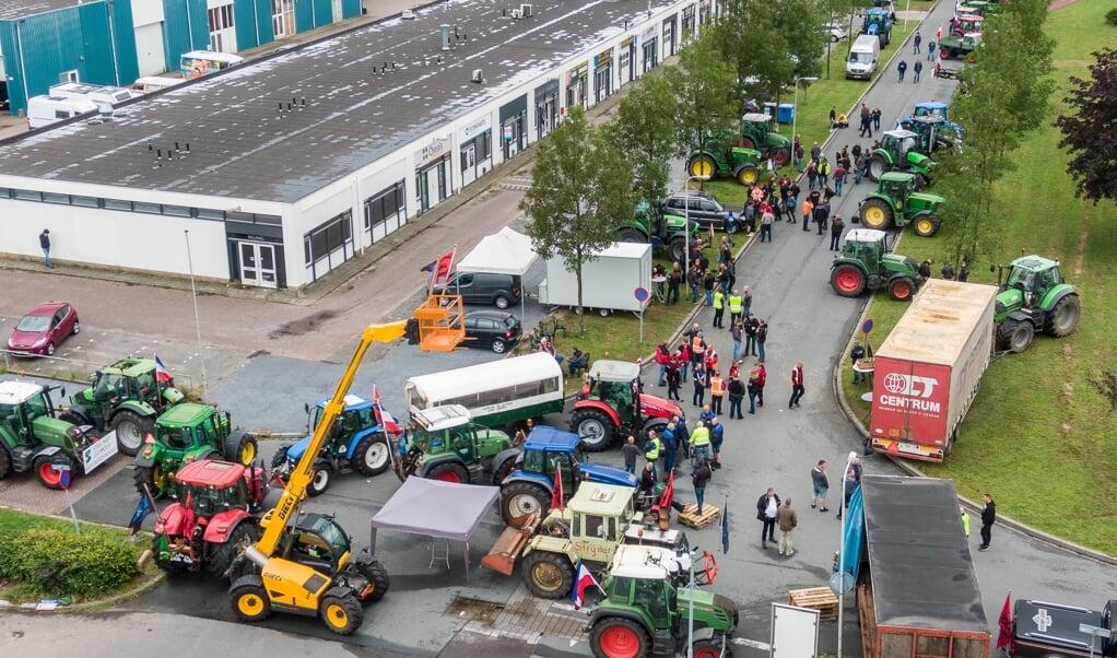 Boeren blokkeerden vrijdag met tractoren de toegangswegen naar het distributiecentrum van Albert Heijn in Zwolle.   (beeld anp / Wilbert Bijzitter)