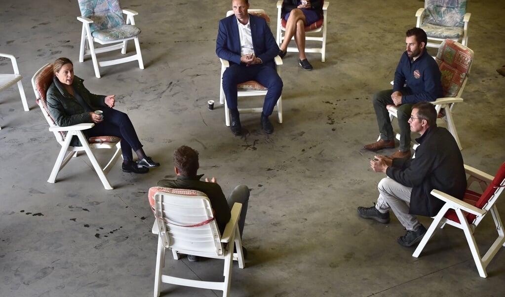 Minister Carola Schouten van Landbouw praat met boeren op werkbezoek in Stellendam.  (beeld Marcel van den Bergh)