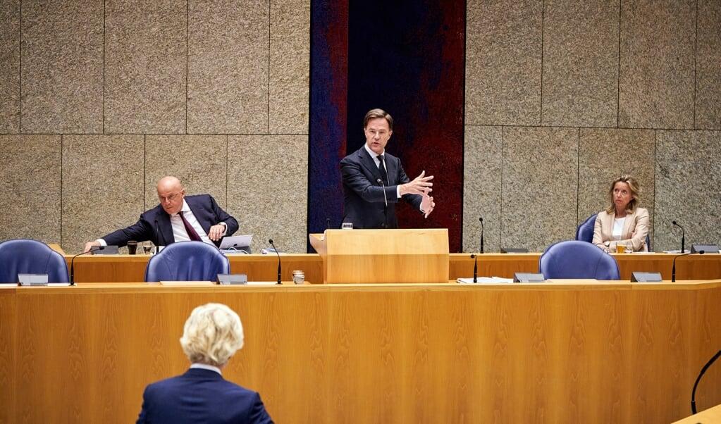 Premier Mark Rutte in debat met PVV-leider Geert Wilders tijdens het Kamerdebat over institutioneel racisme in Nederland.  (beeld anp / Phil Nijhuis)