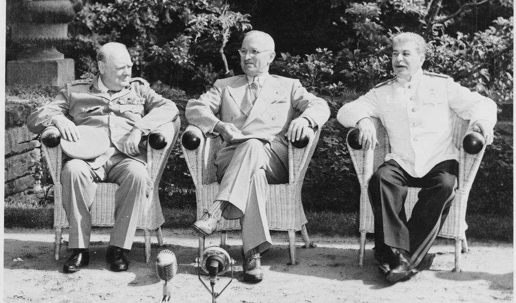 Churchill, Truman en Stalin op de conferentie van Potsdam.  (beeld national archives and records administratioin)
