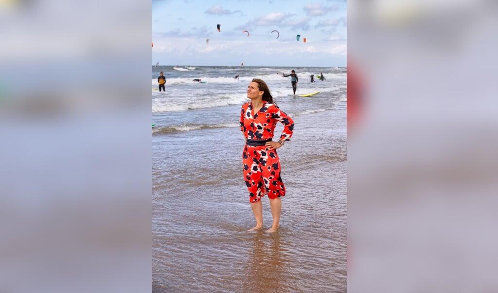 Eva Mabayoje, historica en directeur bij Present Den Haag.  (beeld Dirk Hol)