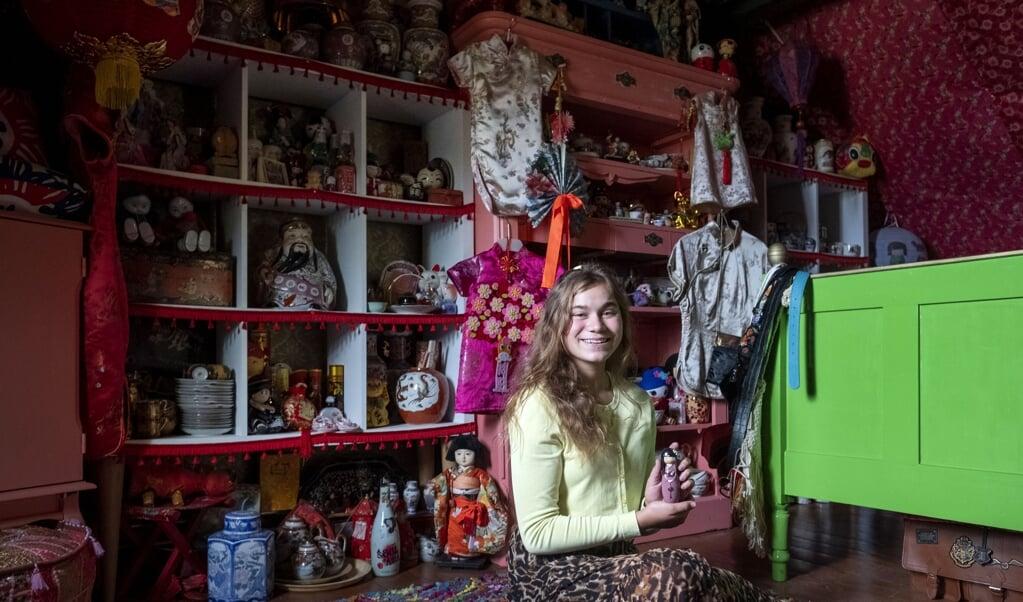 Hannelore van Loon (14) spaart Chinese spullen.  (beeld Merlin Daleman)