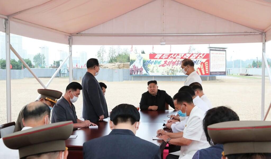 Kim Jong-un inspecteert een ziekenhuis in Pyongyang.   (beeld afp)