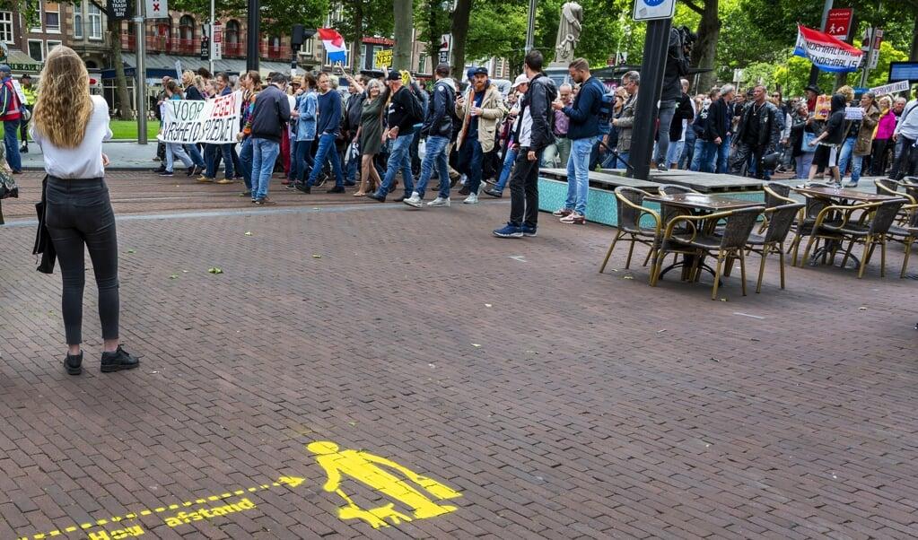 Deelnemers aan een Vrijheidsmars protesteren tegen de vrijheid beperkende maatregelen die de overheid vanwege het coronavirus heeft ingesteld.  (beeld anp / Evert Elzinga)