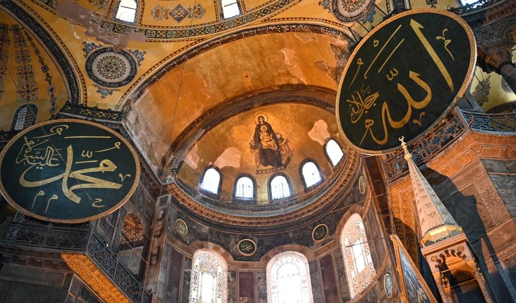 Een mozaïek van Maria met het kind Jezus in de koepel van de Hagia Sophia.  (beeld afp / Ozan Kose)