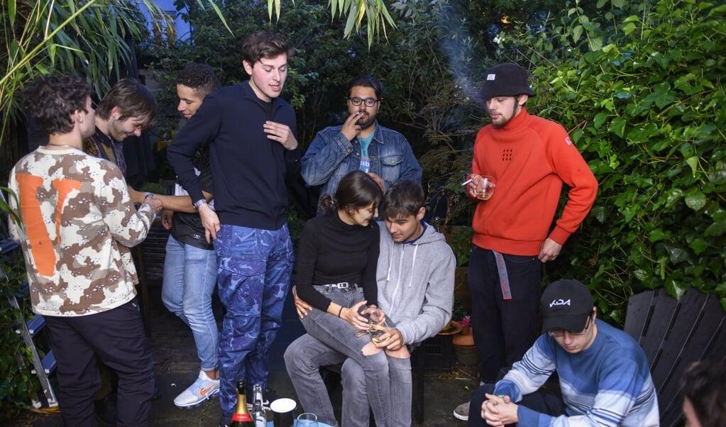 Sammie en zijn vrienden bij Tom, die zijn eindexamenfeest viert.     (beeld Els Zweerink)