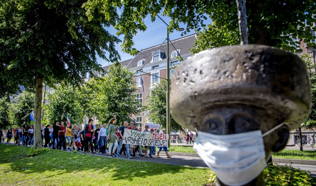 Demonstranten protesteerden 12 juli tijdens een mars in Den Haag tegen de coronaregels. Het protest was georganiseerd door Viruswaanzin.  (beeld anp / Robin Utrecht)