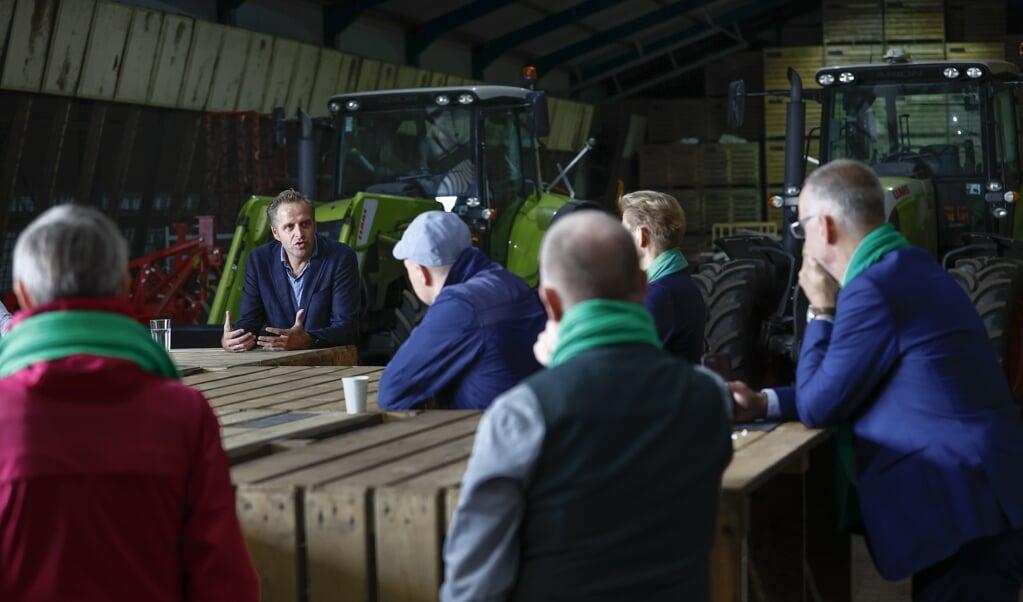 Kandidaat-lijsttrekker Hugo de Jonge bezoekt een agrarisch bedrijf tijdens zijn regionale campagnetour. De Jonge strijdt samen met staatssecretaris Mona Keijzer en Tweede Kamerlid Pieter Omtzigt om het lijsttrekkerschap van het CDA voor de Tweede Kamerverkiezingen.  (beeld anp / Vincent Jannink)