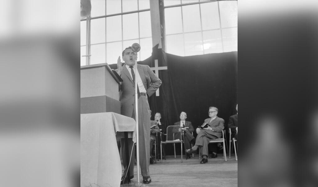 Prediker en genezer Morris Cerullo in 1960 in het Apollohal te Amsterdam  (beeld wikimedia)