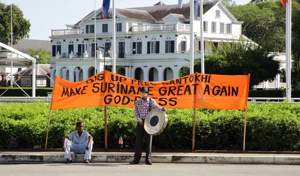 Aanhangers van Chandrikapersad Santokhi voor De Nationale Assemblee in Paramaribo waar maandag de nieuwe president van Suriname werd gekozen.  (beeld anp / Ranu Abhelakh)