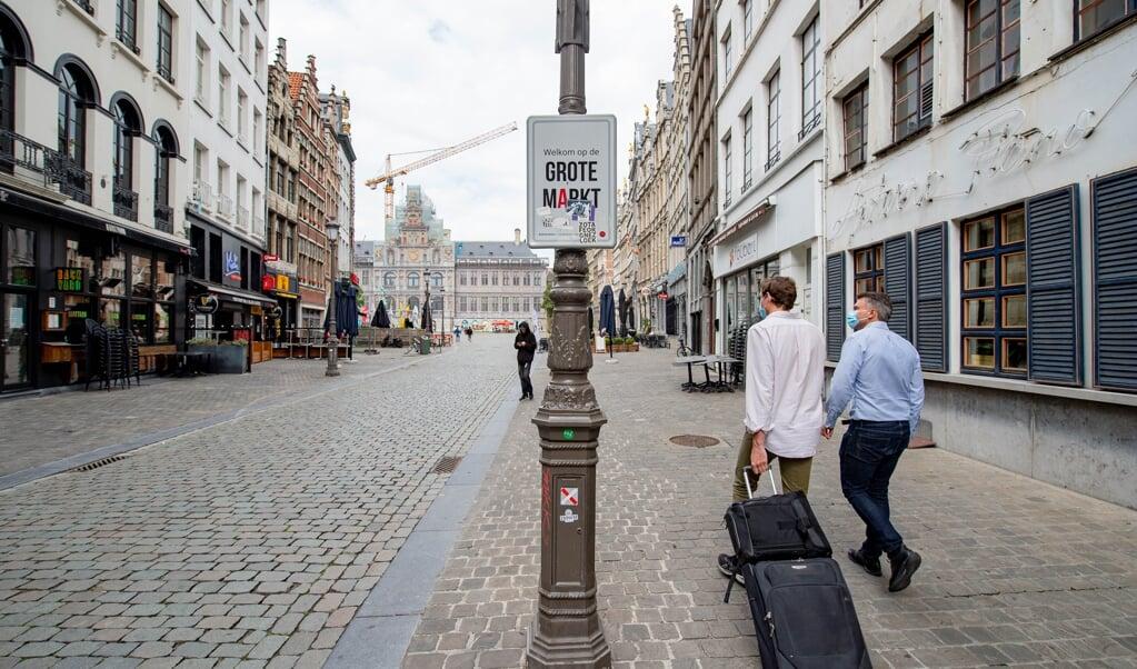 Bijna verlaten winkelstraten en toeristische locaties in de binnenstad van Antwerpen.  (beeld anp / Jonas Roosens)