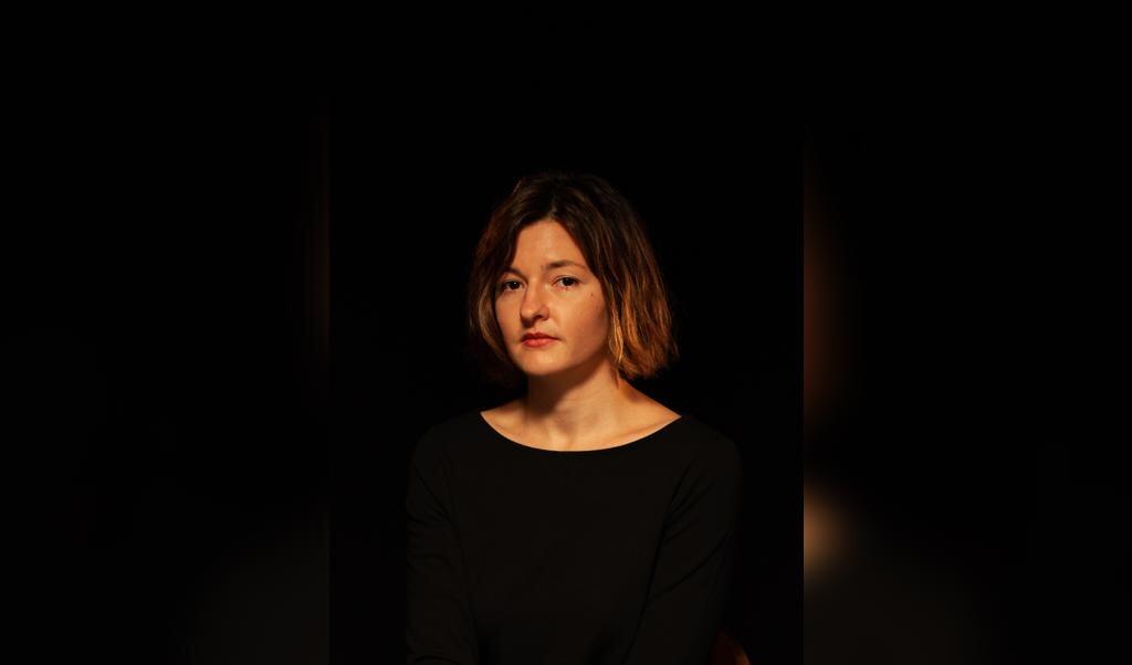 Laura Freudenthaler maakt in haar roman 'Fantoomliefde' zinnen die als de wortels van bomen op een dieper niveau met elkaar lijken te communiceren.  (beeld Marianne Andrea Borowiec)