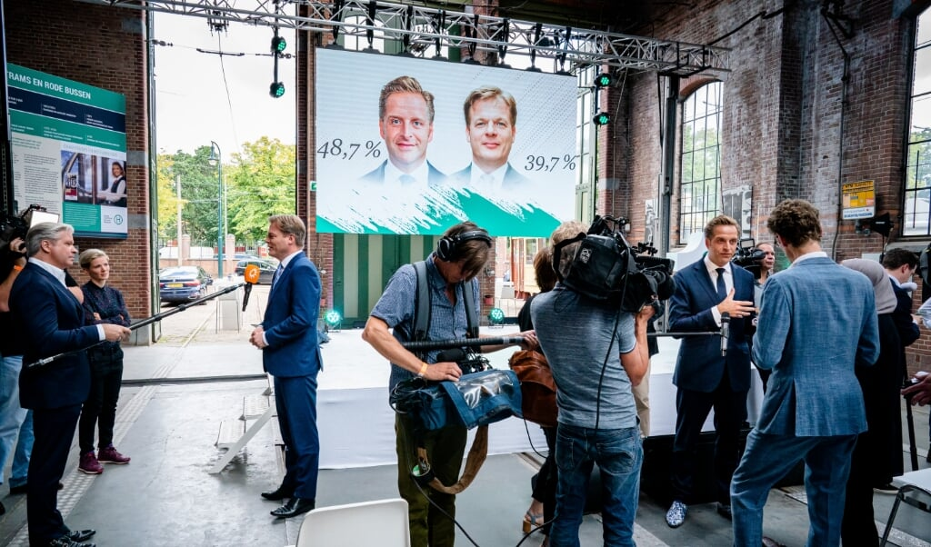 Omtzigt (l.) en De Jonge staan de media te woord na het bekend worden van de uitslag. Het CDA moest er niet door verdeeld raken, dat was vanaf het begin een randvoorwaarde van de lijsttrekkerscampagne.  (beeld anp / Bart Maat)
