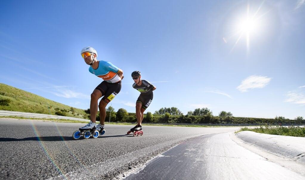 Inline Skaters Crispijn Ariens (links) en Bart Hoolwerf (rechts) trainen op het circuit Zandvoort als voorbereiding op het NK Inline skaten.  (beeld Vincent Riemersma)